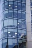 Windows офиса небоскреба, корпоративного здания в человеке Стоковое фото RF
