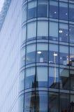 Windows офиса небоскреба, корпоративного здания в человеке Стоковое Фото