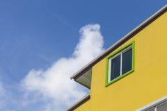 Windows под кондоминиумом квартиры крыши в солнечном дне Стоковые Фотографии RF