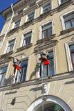 2 Windows приостанавливанное работниками на высоте в моя Стоковое Изображение RF