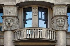 Windows с балконом украсило египетские скульптуры Стоковое фото RF