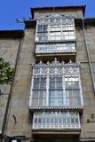 Windows с белым утюгом и стеклянными галереями Понтеведра, старый городок, Галиция, Испания стоковое фото