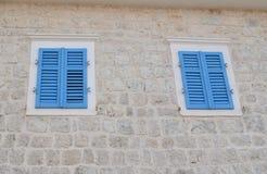 Windows с голубым jalousie Стоковая Фотография