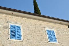 Windows с голубым jalousie Стоковая Фотография RF