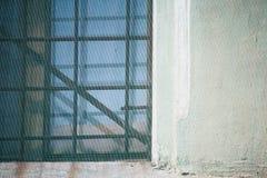 Windows с грилем металла и стена предусматриваны с защитной сеткой стоковая фотография rf