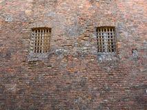 Windows с железными грилями в старом средневековом замке Стоковое Изображение RF