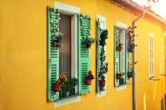 Windows с красивым флористическим украшением на желтом доме Традиционный среднеземноморской взгляд Стоковая Фотография RF