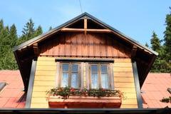 Windows с красными цветками Стоковое Фото