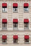 Windows с прессформами в старом здании Стоковая Фотография