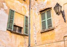 Windows с старыми деревянными штарками Стоковая Фотография RF