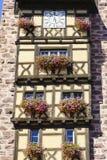 Windows с цветками в Эльзасе, Франции Стоковые Изображения
