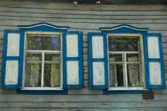 Windows с штарками и занавесами в старом деревянном доме Стоковое фото RF