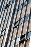 Άσχημο κτήριο ομάδων δεδομένων πύργων με τα Windows που ανοίγουν Στοκ Εικόνες