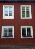 在一个五颜六色的房子的Windows 免版税库存图片