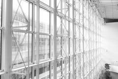 Windows adentro morden el edificio de oficinas Foto de archivo libre de regalías