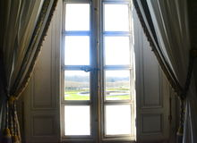 Windows-Ansicht von Trianon lizenzfreies stockbild