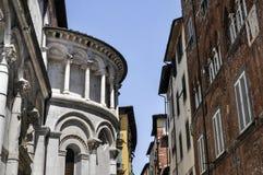 Windows ao longo de uma rua em Lucca Itália Fotos de Stock Royalty Free
