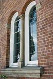 Windows arqueado na construção de tijolo velha foto de stock