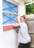 Windows a attaché du ruban adhésif pour l'ouragan Photographie stock