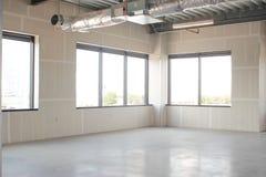 Windows au nouveau complexe de bureaux Photos stock