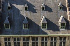 Windows auf dem Dach eines alten mittelalterlichen Hauses Stockbild