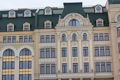 Windows auf der Fassade des Gebäudes in der klassischen Art Lizenzfreies Stockfoto