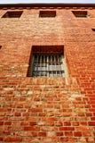 Windows auf der Gefängniswand Stockbild
