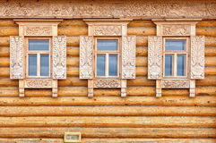 Windows auf der Holzhausfassade Alter russischer Landhausstil Lizenzfreies Stockfoto