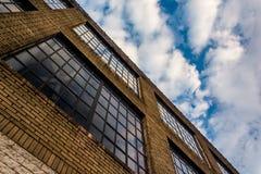 Windows auf der Seite eines Lagers in Baltimore, Maryland Stockbilder