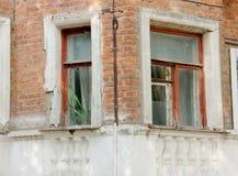Windows auf der Wand eines alten Backsteinhauses mit Architekturde Lizenzfreies Stockbild