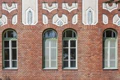 Windows auf einer Backsteinmauer stockbild