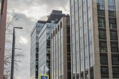 Windows av affärskontoret med aftonhimmel fotografering för bildbyråer