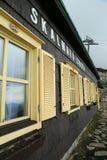 Windows av chalet Arkivfoto