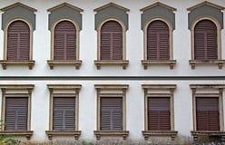 Windows av Corinthian stilarkitektur royaltyfri foto