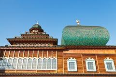 Windows av den stora träslotten i Kolomenskoe Royaltyfri Fotografi