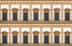 Windows av den 18th århundradeslotten Royaltyfri Foto