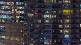 Windows av denvåning byggnaden av inre och rörande folk för exponeringsglas- och stålbelysning inom timelapse arkivfilmer