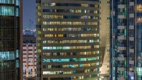 Windows av denvåning byggnaden av inre och rörande folk för exponeringsglas- och stålbelysning inom timelapse stock video