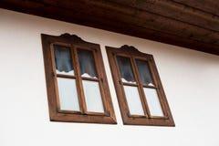 Windows av det gamla huset royaltyfri fotografi