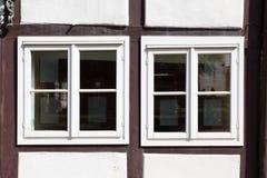 Windows av det gammala huset Royaltyfria Bilder