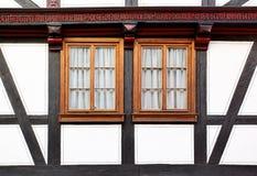 Windows av det gammala huset Arkivfoton