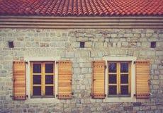 Windows av en byggnad med Venetian arkitektur inom den gamla staden av Budva, Montenegro Royaltyfri Bild