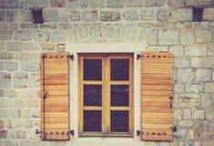 Windows av en byggnad med Venetian arkitektur inom den gamla staden av Budva, Montenegro Royaltyfri Foto