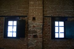 Windows av en gammal bar arkivfoton