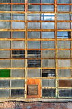 Windows av en gammal fabrik fotografering för bildbyråer