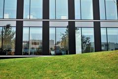 Windows av en modern kontorsbyggnad Royaltyfria Bilder