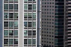 Windows av en skyskrapa royaltyfria bilder