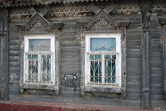Windows av ett hus för gammalt land Arkivbilder