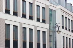 Windows av ett modernt lågt hus och en lykta smala gator och hemtrevliga borggårdar begreppet av komfort i innegrej arkivbild