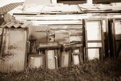 Windows av huset för gammalt land Arkivfoto